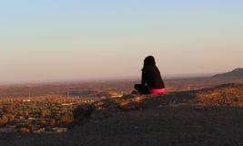 Por do sol de observação da menina na noite da parte superior da montanha imagens de stock