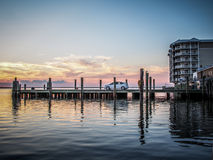 Por do sol de observação de uma doca em Crisfield, Maryland imagem de stock