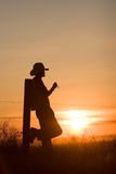Por do sol de observação do cowboy Imagem de Stock