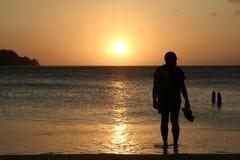 Por do sol de observação do homem Foto de Stock Royalty Free
