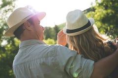 Por do sol de observação dos pares novos Fotografia de Stock Royalty Free
