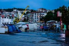 Por do sol de Pier On Seaside Town After dos pescadores - Turquia imagem de stock royalty free