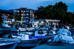 Por do sol de Pier On Seaside Town After dos pescadores - Turquia imagens de stock