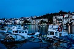 Por do sol de Pier On Seaside Town After dos pescadores - Turquia foto de stock royalty free