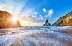 Por do sol de Portugal Ursa Beach em Oceano Atlântico imagem de stock
