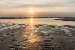 Por do sol de prata sobre o Mar do Norte imagens de stock