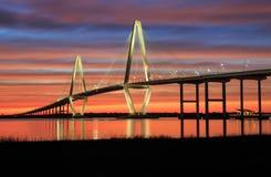 Por do sol de River Ravenel Bridge do tanoeiro do SC de Charleston Imagens de Stock Royalty Free