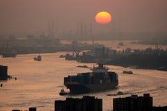 Por do sol de Rotterdam do porto Foto de Stock