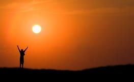 Por do sol de salto da silhueta do menino Imagem de Stock Royalty Free