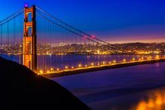 Por do sol de San Francisco Golden Gate Bridge através dos cabos Fotos de Stock