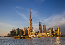 Por do sol de Shanghai sobre o dong do plutônio/distrito de Lujiazui Fotografia de Stock