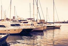 Por do sol de Sic?lia, o Catania Port Authority, seascape com barcos de vela imagens de stock