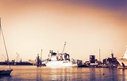Por do sol de Sic?lia, o Catania Port Authority, seascape com barcos de vela imagem de stock