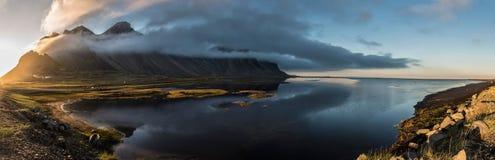 Por do sol de Stokksnes panorâmico com água Fotos de Stock Royalty Free