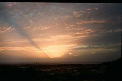 Por do sol de surpresa com nuvens cor-de-rosa fotos de stock