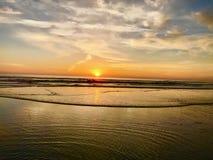 Por do sol de surpresa do lado do oceano da vida imagens de stock royalty free