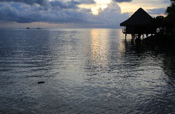 Por do sol de Tahitian com bungalow Foto de Stock Royalty Free