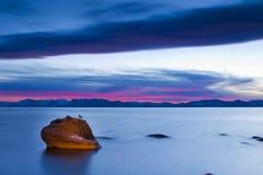 Por do sol de Tahoe da rocha dos bonsais imagens de stock royalty free
