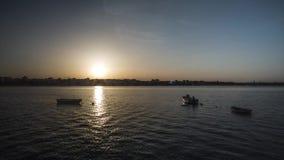 Por do sol de Timelapse com um rio e os barcos vídeos de arquivo