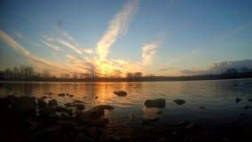 Por do sol de Timelapse na lagoa video estoque