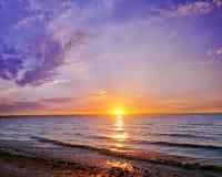 Por do sol de Ucrânia no mar de azov Imagens de Stock