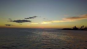 Por do sol de Waianae na ilha de Oahu no oceano do zangão de Havaí filme