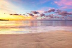 Por do sol delicado acima do oceano, nuvens tropicais bonitas fotografia de stock royalty free