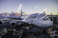 Por do sol do aeroporto internacional de JFK com ar de Air France Airbus A380 Foto de Stock