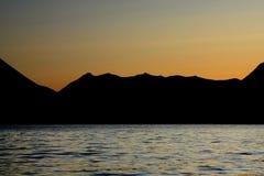 Por do sol do Alasca acima do lago Kenai Fotos de Stock