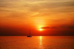 Por do sol do barco de navigação Fotografia de Stock