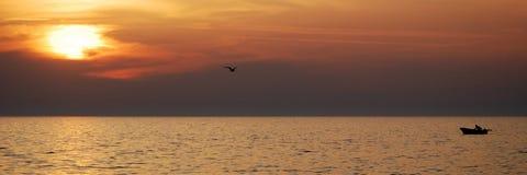 Por do sol do barco do pescador Imagens de Stock