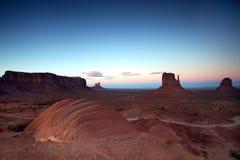 Por do sol do borne no vale do monumento no Butte famoso Foto de Stock Royalty Free