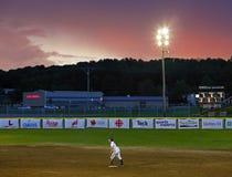 Por do sol do céu da mulher do softball dos jogos de Canadá Imagem de Stock