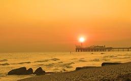 Por do sol do cais de Brigghton Fotografia de Stock Royalty Free