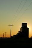 Por do sol do elevador de grão da pradaria Fotografia de Stock Royalty Free