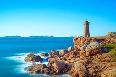 Por do sol do farol de Ploumanach na costa cor-de-rosa do granito, Brittany, França. Fotos de Stock