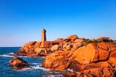 Por do sol do farol de Ploumanach na costa cor-de-rosa do granito, Brittany, franco Imagem de Stock