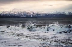 Por do sol do inverno com ondas fotografia de stock royalty free