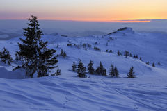 Por do sol do inverno na montanha - Romênia fotografia de stock