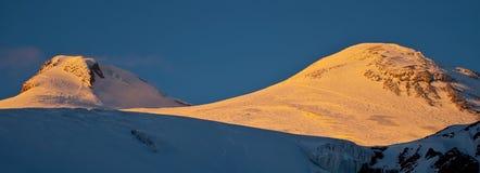 Por do sol do inverno nas montanhas imagens de stock royalty free