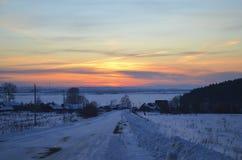 Por do sol do inverno no rio de Kama foto de stock royalty free