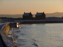 Por do sol do inverno sobre a esplanada de Prestwick, Escócia Foto de Stock Royalty Free