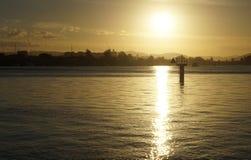 Por do sol do inverno sobre o rio Foto de Stock