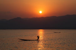 Por do sol do lago Inle Fotos de Stock Royalty Free