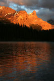 Por do sol do lago Maligne Foto de Stock