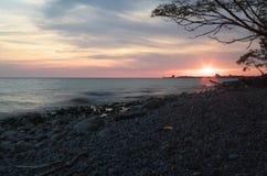 Por do sol do Lago Ontário com o sol na distância Imagens de Stock Royalty Free
