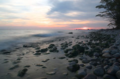 Por do sol do Lago Ontário na praia com o sol na distância Fotos de Stock