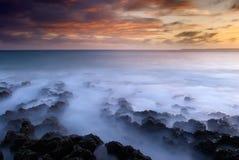 Por do sol do litoral do recife coral imagens de stock royalty free