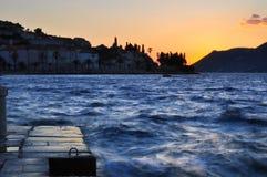 Por do sol do mar áspero imagens de stock