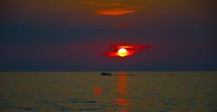 Por do sol do mar atrás das ilhas Eolian Imagem de Stock
